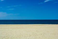 Het gele warme zand, blauw ziet en ontruimt hemel Minimalisticlandschap Stock Fotografie