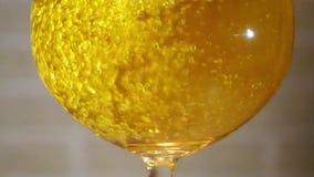 Het gele Wijn Gieten in Glas in langzame motie dichtbij afstand stock video