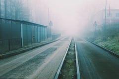 Het geleide busway leiden in de mist Stock Afbeelding