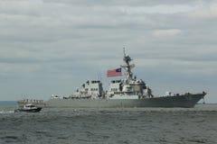 Het geleide projectieltorpedojager van USS Barry van de Marine van Verenigde Staten tijdens parade van schepen bij Vlootweek 2015 stock fotografie