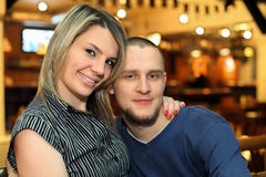 Het geliefde paar zit op bank Stock Afbeelding