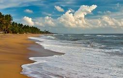 Het gelijk maken bij het oceaanstrand van Sri Lanka Stock Foto