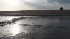 Het gelijk maken bij het strand door het overzees stock footage