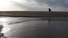 Het gelijk maken bij het strand door het overzees stock video