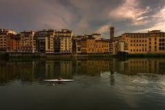 Het gelijk maken op Arno River in Florence Stadsdijken Italië stock foto's