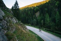 het gelijk maken op wegfiets in bergen stock foto