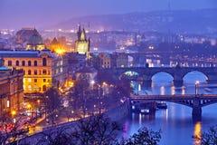Het gelijk maken over rivier Vltava dichtbij Charles-brug in Praag stock fotografie