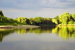 Het gelijk maken van helder zonlicht over de rivier Pripyat Regenwolken juli De zomer Witrussisch landschap stock afbeelding