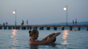 Het gelijk maken van het baden in overzees van moeder en zoon stock footage