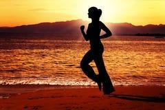 Het gelijk maken van jog langs het strand. royalty-vrije stock foto