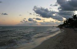 Het gelijk maken van het lopen op het strand Stock Foto's