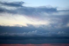 Het gelijk maken van witte blauwe en rode bewolkte hemel Royalty-vrije Stock Foto's