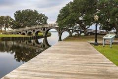 Het Geluid van het noordencarolina wooden bridge corolla park Currituck stock fotografie