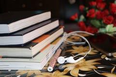Het geluk is binnen zelf; klassieke studie, boekenn muziek royalty-vrije stock foto