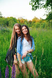 Het Geluk Communautair Concept van de meisjesvriendschap Twee glimlachende vrienden die in openlucht koesteren Stock Afbeelding