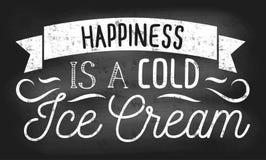 Het geluk is een koude roomijs inspirational retro kaart met grunge en krijteffect Het ontwerp van het de zomerbord met roomijs e vector illustratie