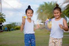 Het geluk grappige zeepbel van het meisjesjonge geitje in het park, het Lachen gelukkige wi royalty-vrije stock afbeelding
