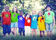 Het Geluk in openlucht Concept Plakkend van de kinderenvriendschap Stock Foto