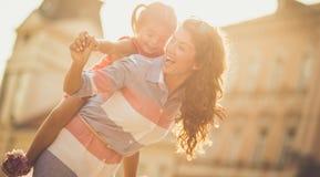 Het geluk speelt met uw dochter stock afbeelding