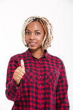 Het gelukkige aantrekkelijke jonge Afrikaanse Amerikaanse vrouw tonen beduimelt omhoog Stock Foto