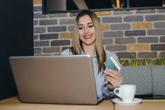 Het gelukkige aantrekkelijke vrouw online betalen royalty-vrije stock afbeelding