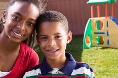 Het gelukkige Afrikaanse Amerikaanse broer en zuster glimlachen royalty-vrije stock foto's