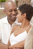 Het gelukkige Afrikaanse Amerikaanse Paar van de Man & van de Vrouw stock foto