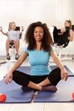 Het gelukkige afromeisje ontspannen bij de gymnastiek Royalty-vrije Stock Fotografie
