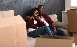 Het gelukkige Amerikaanse paar van Afro bij nieuwe flat stock foto