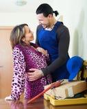 Het gelukkige arbeider en huisvrouwen flirten Royalty-vrije Stock Afbeelding