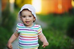 Het gelukkige autistische meisje glimlachen Stock Foto's