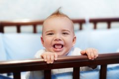 Het gelukkige autistische meisje glimlachen Stock Afbeelding