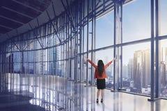 Het gelukkige Aziatische bedrijfsvrouw kijken van de wolkenkrabberbouw royalty-vrije stock foto's