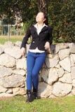Het gelukkige Aziatische bedrijfsvrouw ontspannen in park die zon nemen stock afbeeldingen