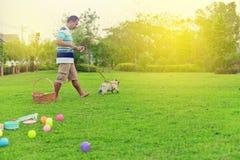 Het gelukkige Aziatische mens spelen met Pug royalty-vrije stock fotografie