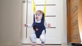 Het gelukkige baby springende pret en lachen stock video
