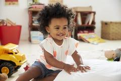 Het gelukkige Babymeisje Spelen met Speelgoed in Speelkamer royalty-vrije stock foto