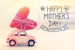 Het gelukkige bericht van de Moedersdag met miniatuur roze auto royalty-vrije stock fotografie