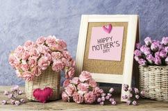 Het gelukkige bericht van de moedersdag op bord en document anjer Stock Foto