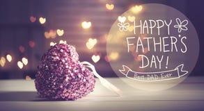 Het gelukkige bericht van de Vadersdag met roze hart stock foto's