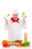 Het gelukkige blad van de chef-kokholding van salade en het koken met verse vegetabl Stock Afbeelding