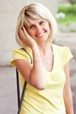 Het gelukkige blonde vrouw Glimlachen Royalty-vrije Stock Foto's