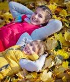 Het gelukkige broer en zuster spelen bij het Park stock afbeeldingen