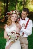 Het gelukkige bruid en bruidegom lopen Stock Afbeeldingen