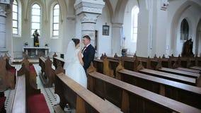 Het gelukkige bruid en bruidegom lopen stock videobeelden
