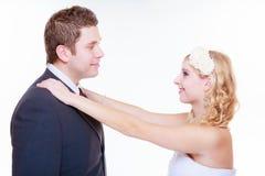 Het gelukkige bruidegom en bruid stellen voor huwelijksfoto royalty-vrije stock foto