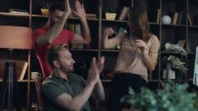 Het gelukkige commerciële team geniet van voordelige verkoop Startteam die hoogte vijf geven stock footage