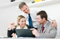 Het gelukkige commerciële team viert Stock Foto's