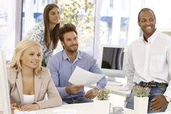 Het gelukkige commerciële team werken Stock Afbeeldingen