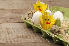 Het gelukkige concept van Pasen document ambachtkip en eieren De traditionele Pasen-noordse sjofele Skandinavische stijl van het  stock afbeeldingen